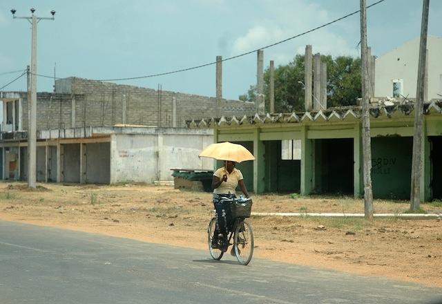 En Sri Lanka, muchas mujeres reclaman mejores medios de transporte y servicios de cuidado y guardería infantil para crear un ambiente laboral más favorable. Crédito: Amantha Perera/IPS