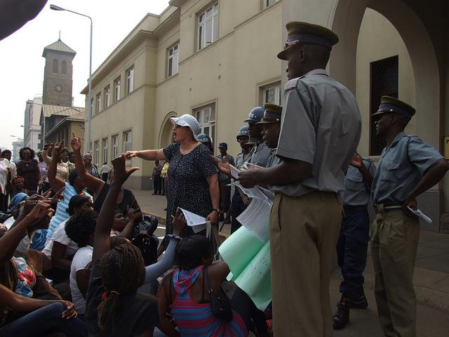 Jenni Williams (con gorra) se dirige a un grupo de mujeres frente al edificio del parlamento en Harare. Zimbabwe es uno de los países africanos donde la represión de las libertades cívicas se intensificó. Crédito: Misheck Rusere/IPS