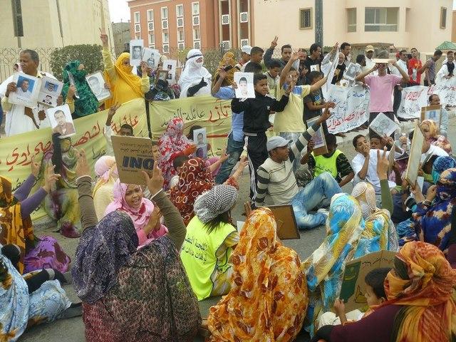 Mujeres saharauis participan en una de las múltiples protestas en El Aaiún, la capital de Sahara Occidental. Crédito: Equip Media