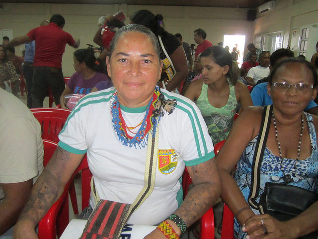 La pescadora Socorro Arara, indígena que adoptó como apellido el nombre de su pueblo,  lucha por mantener el modo de vida de las siete familias de su grupo. La isla donde vive en el río Xingú será inundada por el embalse de Belo Monte y ella reclama otra isla o un área ribereña donde reasentare el grupo. Crédito: Mario Osava/IPS
