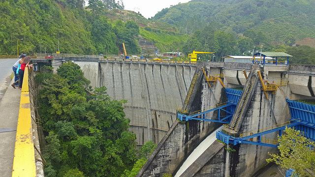 Parte de las compuertas de la planta hidroeléctrica de Cachí, construida en los años 60 en el centro de Costa Rica y ampliada entre 2014 y 2015, con lo que su capacidad aumentó de 103 a 150 megavatios. Crédito: Diego Arguedas Ortiz/IPS