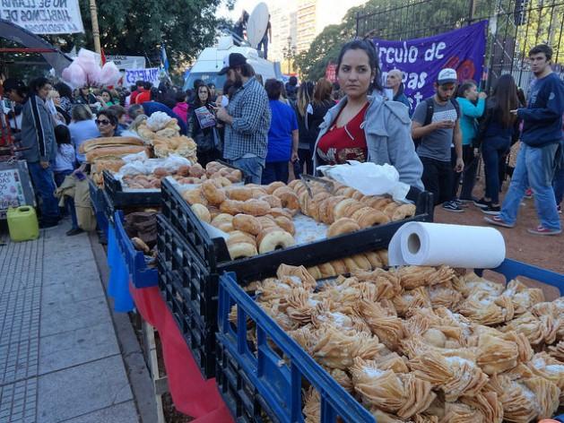 Una joven vendedora ambulante de pastelillos típicos argentinos, en un mercado callejero montado en las inmediaciones de la Plaza de los dos Congresos, en Buenos Aires. Crédito: Fabiana Frayssinet/IPS