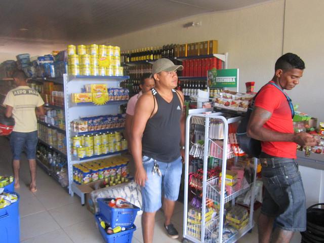 Francisco Assis Cardoso, en el centro con una camiseta oscura, en su flamante negocio alimentario. E joven emprendedor instaló un supermercado y una farmacia en Jatobá, el nuevo barrio de la ciudad de Altamira en que toda su familia fue reubicada por la construcción de la central de Belo Monte, en la Amazonia brasileña. Crédito: Mario Osava/IPS