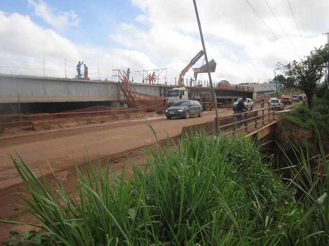 Puente en construcción en un barrio de la ciudad amazónica de Altamira, para evitar inundaciones durante la crecida de un riachuelo. Obras como esta integran el plan básico ambiental, destinado a compensar los impactos de la gigantesca central hidroeléctrica de Belo Monte, a 55 kilómetros de distancia, en el norte de Brasil. Crédito: Mario Osava/IPS