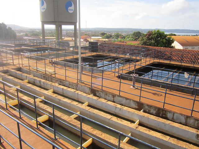 Estación de tratamiento de agua de Altamira, construida por Norte Energía, el consorcio concesionario de la central hidroeléctrica de Belo Monte, en la Amazonia de Brasil. Por ahora está ociosa, porque el alcantarillado instalado en la ciudad no está conectado a las edificaciones. El saneamiento urbano forma parte de las contrapartidas exigidas a la empresa. Crédito: Mario Osava/IPS