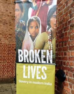 """Un afiche de la exposición """"Vidas rotas"""", en curso en el Museo Internacional de la Esclavitud, en Liverpool. Crédito: A.D. McKenzie/IPS"""