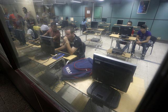 Sala de navegación para Internet de la Universidad de Camagüey, en el oriente de Cuba. De este centro salió la primera red social desarrollada integralmente en el país, Dreamcatchers. Crédito: Jorge Luis Baños/IPS