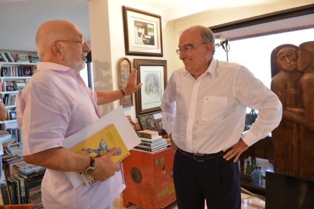El periodista Juan Gossaín, a la izquierda, y el jefe negociador del gobierno colombiano, Humberto de la Calle, en el apartamento de este en Cartagena de Indias, durante la entrevista sobre las negociaciones con las FARC. Crédito: Omar Nieto/Prensa de Presidencia de Colombia