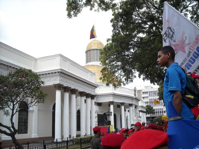 Simpatizantes del gobernante Partido Socialista Unido de Venezuela, ante la sede de la unicameral Asamblea Nacional legislativa, en el centro histórico de Caracas. Crédito: Cortesía de Raúl Límaco