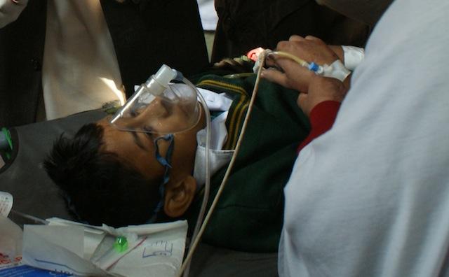 Las imágenes de sus compañeros muertos o heridos perduran en la memoria de los alumnos de la escuela atacada, siete meses después de la masacre. Crédito: Ashfaq Yusufzai/IPS