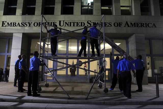 Un grupo de trabajadores coloca durante la madrugada el  nombre de Embajada de Estados Unidos en el frontis del edificio de la que desde este viernes 14 de agosto volvió a ser la sede diplomática de Estados Unidos en Cuba. Crédito: Jorge Luis Baños/IPS