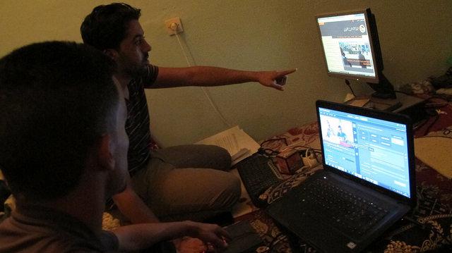 Ahmed Ettanji señala un detalle en la pantalla a un colega de Equipe Media mientras editan un video obtenido durante una manifestación prosaharaui en El Aaiún, en la ocupada Sahara Occidental. Crédito: Karlos Zurutuza/IPS