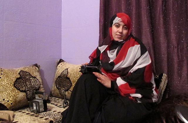 Hayat Khatari, la corresponsal en el ocupado Sahara Occidental de RASD TV, con la videocámara con la que registra la situación en El Aaiún. Crédito: Karlos Zurutuza/IPS