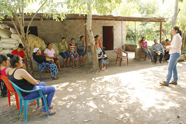 Productores de cacao, la mayoría mujeres, durante una capacitación sobre la elaboración de abonos orgánicos con el que enriquecerán los suelos de sus parcelas para el cultivo, en el caserío de San Simón, en el municipio de Mercedes Umaña, en el oriental departamento de Usulután, en El Salvador. Crédito: Edgardo Ayala/IPS