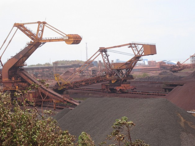 Depósito de hierro al aire libre en Puerto de Ponta da Madeira, en el norte de Brasil, por donde la privatizada empresa minera Vale exporta millones de toneladas del mineral a China. Durante este siglo, Brasil se desindustrializó y se hizo más dependiente de la exportación de productos básicos a China, uno de los factores de la depresión económica actual. Crédito: Mario Osava/IPS