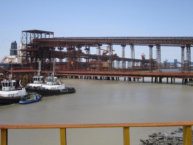 Parte del puerto Ponta da Madeira, en el nordeste de Brasil, desde donde salen los barcos cargados con hierro, cuyo mayor destino es China: Mario Osava/IPS
