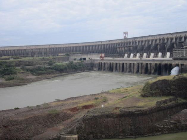 Parte de la mole de concreto de la represa del complejo hidroeléctrico binacional de Itaipú, que comparten Brasil Y Paraguay. Es la segunda central del mundo en potencia instalada, detrás de la de las Tres Gargantas, en China. Crédito: Mario Osava /IPS