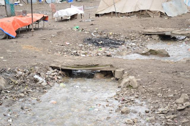 Los desperdicios humanos dejados por los cientos de miles de peregrinos durante la peregrinación a la cueva de Amarnath, en el estado de Jammu y Cachemira, en India, terminan en los cursos de agua sin tratar que desembocan en los ríos. Crédito: Athar Parvaiz/IPS.