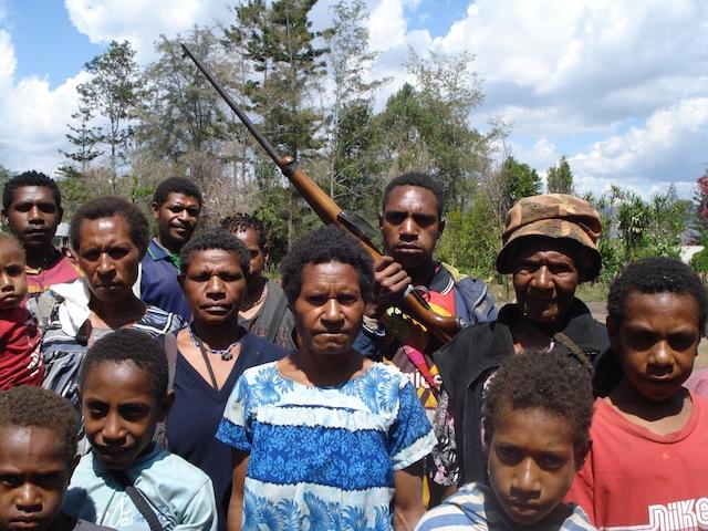 Mujeres, niñas y niños viven con miedo, inseguridad y falta de alimentos desde que comenzó un enfrentamiento entre clanes en abril de 2015 en la aldea de Kenemote, en la provincia de las Tierras Altas Orientales en Papúa Nueva Guiena. Crédito: Catherine Wilson/IPS
