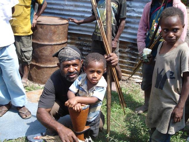 Niñas y niños de la aldea de Kenemote, en la provincia de las Tierras Altas Orientales de Papúa Nueva Guinea no pueden ir a la escuela por el enfrentamiento entre clanes que estalló en 2015. Crédito: Catherine Wilson/IPS.