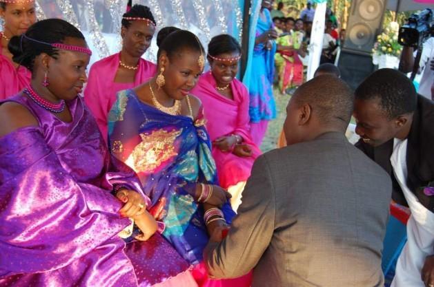 Una ceremonia matrimonial en Uganda conocida como 'kuhingira', en la que el novio ofrece una dote a la familia de la novia. La Corte Suprema dictaminó en agosto de 2015 que en caso de disolución del vínculo, es inconstitucional devolver esa dote. Crédito: Wambi Michael/IPS