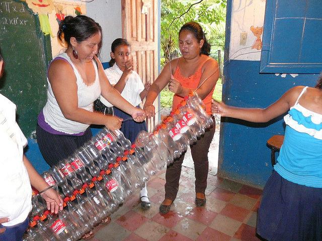 Estudiantes y madres en un colegio del municipio de Altagracia elaboran cestas de basura hechas con botellas desechables. Es una de las innumerables iniciativas de reciclaje surgidas en la isla de Ometepe, en Nicaragua, por el ejemplo del grupo de mujeres dedicadas a recoger y procesar la basura. Crédito: Karin Paladino/IPS