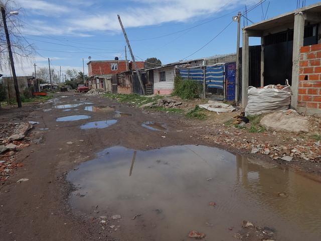 Una calle de Villa inflamable, un asentamiento precario al sur de Buenos Aires, en el Polo Petroquímico de Dock Sud, en la ribera de la cuenca Matanza Riachuelo. En ese barrio, más de 1.500 familias viven expuestas a la contaminación industrial y a los residuos tóxicos, que envenenan a sus niños. Crédito: Fabiana Frayssinet/IPS