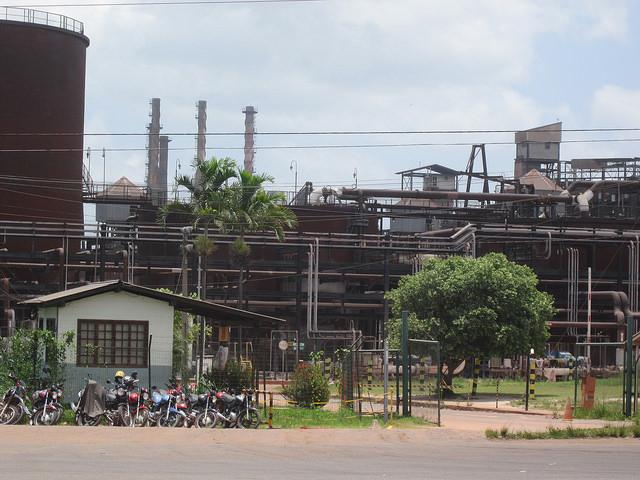Entrada de la planta de Alunorte, productora de alúmina, la base de la industria del aluminio, cuya producción cayó en Brasil debido a los altos costos, especialmente de la energía eléctrica. Crédito: Mario Osava/IPS