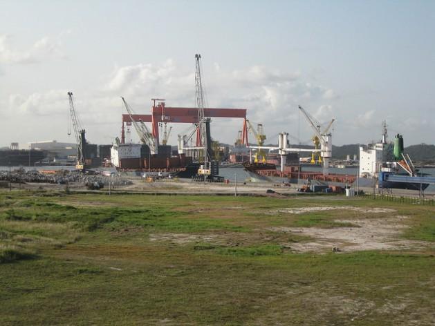 Parte del Astillero Atlántico Sur, el mayor de los instalados en el Puerto de Suape, en el estado de Pernambuco, en el nordeste de Brasil, donde ya se construyeron buques petroleros, después de un lento arranque que amenazó con poner fin al proyecto. Crédito: Mario Osava/IPS