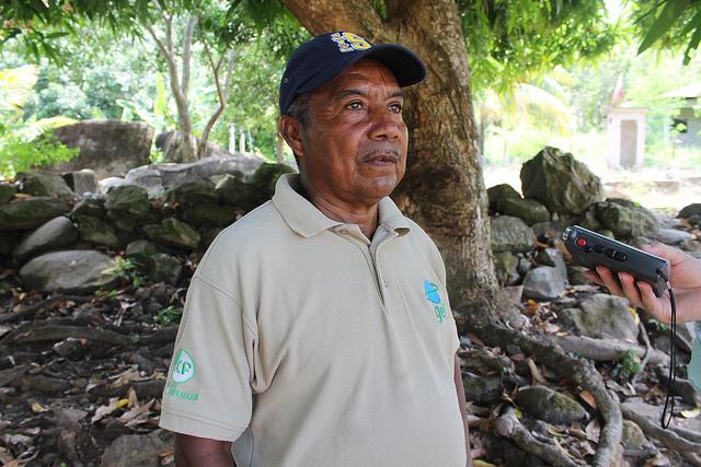 Óscar Padilla, líder de la comunidad de Plan Grande y principal gestor de que la electricidad llegara finalmente a la comunidad entrado el siglo XXI. El manejo sostenible y solidario de su energía renovable ha transformado esta aldea de pescadores del norte atlántico de Honduras. Crédito: Thelma Mejía/IPS