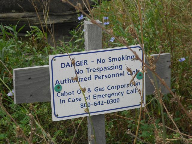 Una advertencia sobre el peligro de las emisiones de metano en uno de los pozos de gas de esquisto en la localidad de Dimock, en el estado de Pensilvania, en Estados Unidos. Crédito: Emilio Godoy/IPS