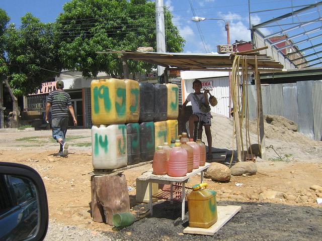 Venta informal de gasolina venezolana en el lado colombiano de la viva frontera binacional. El gran contrabando del combustible se trasiega y comercia de manera muy diferente por redes ilícitas de los dos países. Crédito: Humberto Márquez/IPS