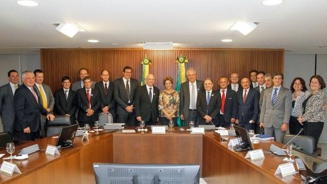 Dilma Roussef, el día 10 de este mes, durante un encuentro en la sede del gobierno, el Palacio de Planalto, en Brasilia, con empresarios de la construcción civil. Ese es uno de los sectores más salpicados por el escándalo de corrupción que ha puesto contra las cuerdas a la presidenta de Brasil. Crédito: Roberto Stuckert Filho/PR