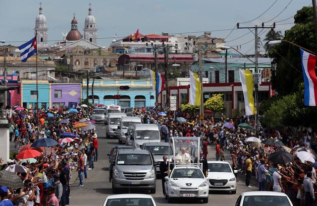 El papa Francisco se dirige en papamóvil hacia el aeropuerto desde la ciudad de Santiago de Cuba, este martes 22, para seguir viaje a  Washington tras su visita de cuatro días a Cuba. Crédito: Alejandro Ernesto-EFE/Pool de prensa