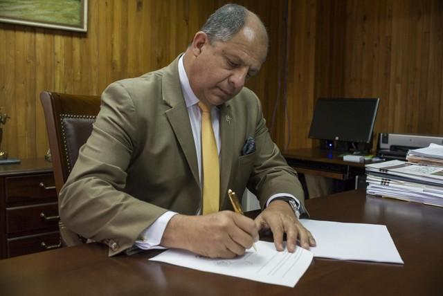 El presidente de Costa Rica, Luis Guillermo Solís, firma el jueves 10 el decreto que permite la aplicación en el país de la fecundación in vitro, tras 15 años de prohibición. Crédito: Casa Presidencial