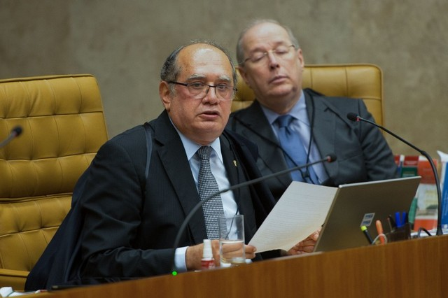 En primer plano Gilmar Mendes, uno de los tres magistrados del Supremo Tribunal Federal de Brasil que votó contra la prohibición del financiamiento por las empresas de las campañas electorales. En abril de 2014 paralizó que este fallo se hiciera realidad al pedir más tiempo para examinar el asunto, lo que permitió que las elecciones presidenciales de ese año contasen con los multimillonarios fondos privados. Crédito: Fabio Rodrigues Pozzebom/ Agência Brasil