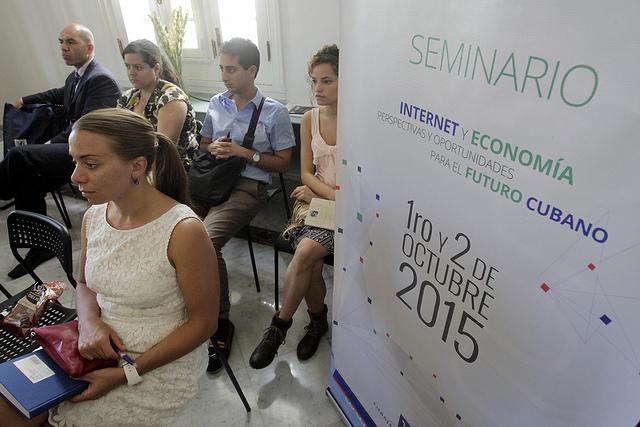 """Algunos jóvenes participantes en la sesión de  clausura del """"Seminario Internacional de Internet y Economía, perspectivas y oportunidades para el futuro cubano"""", auspiciado por la Embajada de Noruega en la capital de Cuba. Crédito: Jorge Luis Baños/IPS"""