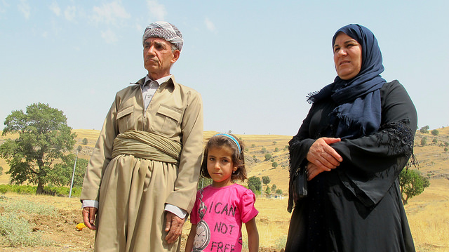 Maryam and Dalyan Hussein, la viuda y el cuñado de uno de los muertos en la aldea kurda de Zergely, durante un ataque de la aviación de Turquía, aseguran que los bombardeos sobre las poblaciones de las montañas de Qandil son constantes. Crédito: Karlos Zurutuza/IPS