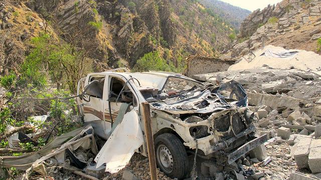 Algunos restos del bombardeo contra Zergely, una de las aldeas kurdas de las imponentes montañas de Qandil, perpetrado por la aviación de Turquía en agosto de este año. Crédito: Karlos Zurutuza/IPS