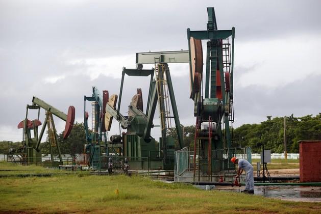 Balancines petroleros que mediante el bombeo extraen el petróleo, en el Centro Colector 10, en el municipio de Cárdenas, en la provincia cubana de Matanzas. La instalación pertenece a la estatal Empresa de Perforación y Extracción de Petróleo del Centro. Crédito: Jorge Luis Baños/IPS