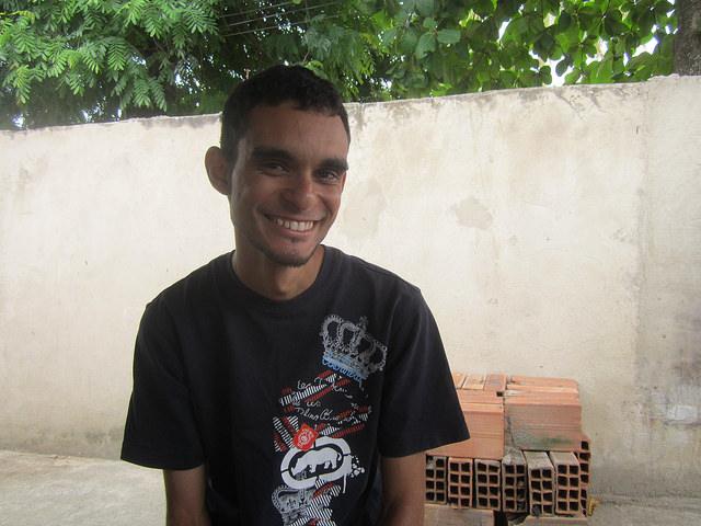 Rogerio Henrique Lourenço, de 26 años, trabajó cinco años en la construcción del Complejo Petroquímico del Estado de Río de Janeiro (Comperj), en Brasil, como empleado de varias empresas. Ahora sobrevive en la ciudad de Itaboraí, asiento del truncado megaproyecto, con solo trabajos pequeños y eventuales para mantener a su familia de tres hijos. Crédito: Mario Osava/IPS