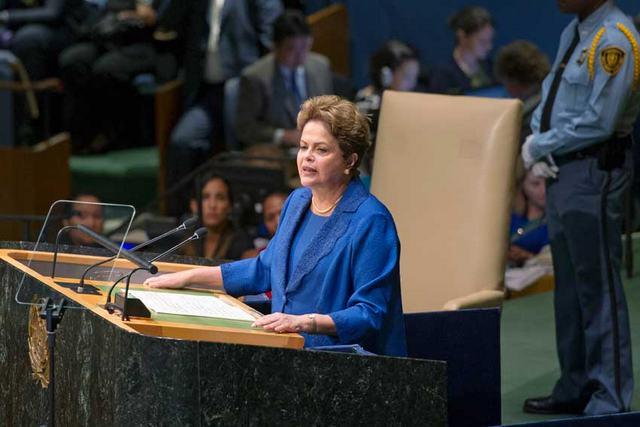 La presidenta Dilma Rousseff anuncia la contribución nacional de Brasil para reducir las emisiones de gases de efecto invernadero del planeta, durante la Conferencia Mundial sobre Desarrollo Sostenible,  el 27 de septiembre, en Nueva York. Crédito: ONU/Mark Garten