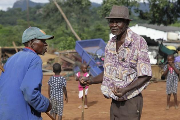 A pesar del objetivo de la Organización de las Naciones Unidas de erradicar la extrema pobreza y el hambre en el mundo, vastos sectores de los adultos mayores en África se sienten arrinconados por la miseria. Crédito: Jeffrey Moyo.