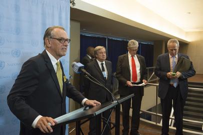 El secretario general adjunto de la ONU, Jan Eliasson (a la izquierda), en conferencia de prensa.