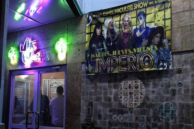 Entrada de un club nocturno del barrio El Vedado, en La Habana, que ofrece espectáculos artísticos animados por travestís y sirve de espacio de encuentro para los cubanos que integran la comunidad de lesbianas, gays, bisexuales, transexuales e intersexuales (LGBTI). Crédito: Jorge Luis Baños/IPS