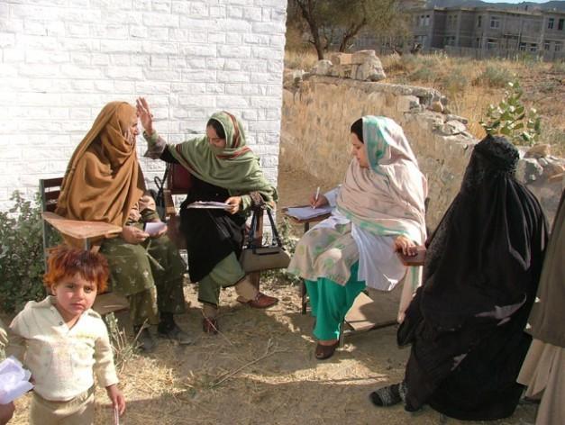 Mujeres examinadas por médicas en un campamento de Waziristán del Norte, uno de los siete distritos de las FATA, en Pakistán. Crédito: Ashfaq Yusufzai / IPS