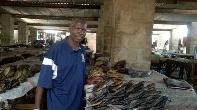 Hadon Sichali en su puesto en el mercado de Zambia. Crédito: Friday Phiri / IPS
