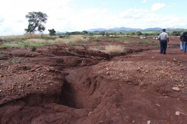La agricultura climáticamente inteligente es popular entre muchos zimbabuenses que tuvieron que hacer frente a la escasez de alimentos. Eso hizo que muchas zonas, como el distrito de Mwenezi en la provincia de Masvingo, que solían ser secas y poco aptas para la agricultura, se volvieran poco a poco productivas. Crédito: Jeffrey Moyo/IPS