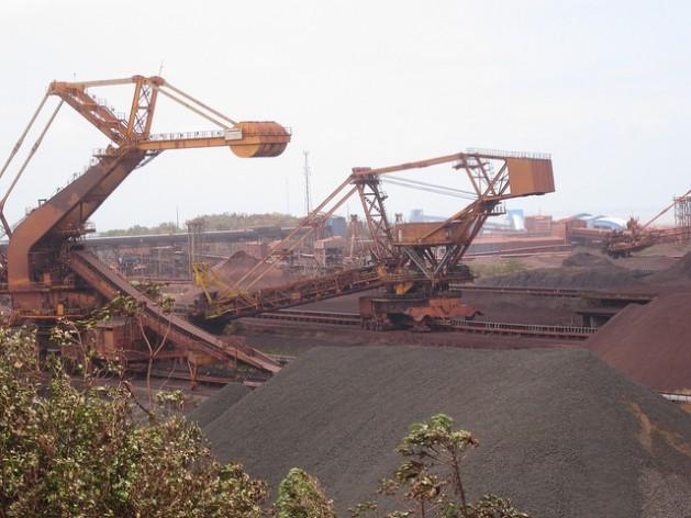 Un depósito de hierro aguarda para ser cargado y transportado a China en el puerto de Ponta Madeira, en el norte de Brasil. La industria extractiva es la locomotora que no se ha parado en el país y modera la caída de la economía en otros sectores. Crédito: Mario Osava/IPS