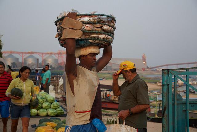 Un pescador lleva su captura del día en el mercado de la ciudad de Santarém, desde la playa que ahora dominan los silos del puerto fluvial, en la confluencia del río Tapajós con el Amazonas, en el estado de Pará, en el norte de Brasil. Crédito: Gonzalo Gaudenzi/IPS